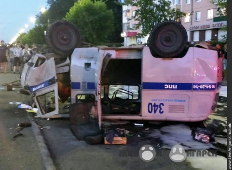 Это фото сделано летом 2017 года вАнгарске. Встолкновении «Тойоты Марк II» сполицейским УАЗом пострадали двое полицейских, перекрывших путь пьяному водителю. ВКутулике впрошлом году служебный «Форд» пострадал меньше, даи сотрудникам повезло больше —оба они приступили кслужебным обязанностям через несколько недель после лечения