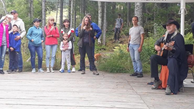 В день открытия экотропы «Сказочная» в горнолыжном комплексе «Гора Соболиная» в Байкальске группы шли одна за другой. Едва из леса выходила одна, тут же отправлялась другая. На смотровой площадке их встречал песней бард Вячеслав Нольфин