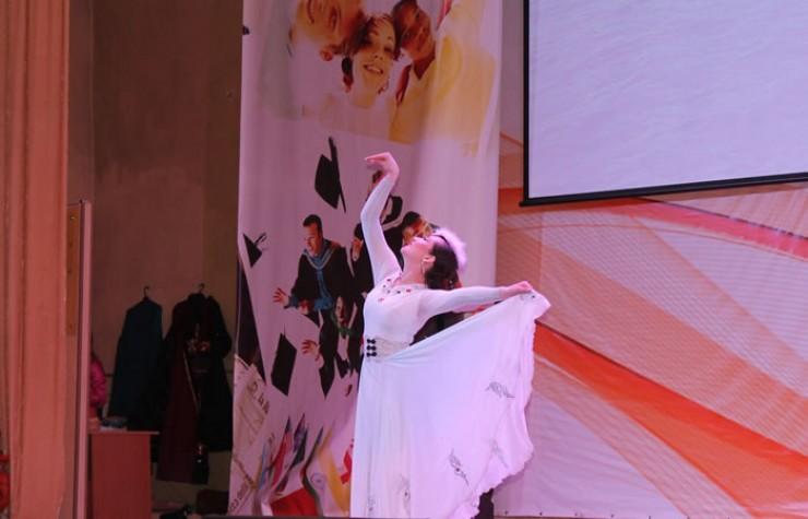 Софья Попова подготовила изящный танец лебеди