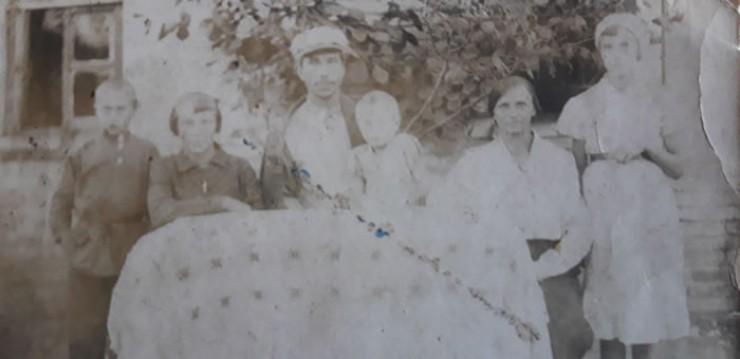 Это последняя предвоенная фотография. Вся семья Бахаревых. Сидят родители и старшая сестра Мара. Стоят Витя и Зина. На руках у отца — маленькая Лида, героиня нашего рассказа