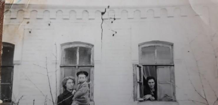 Тот самый дом в селе Степановка, недалеко от Курской дуги, в котором побывал маршал Константин Константинович Рокоссовский. Трещина на фасаде — от бомбы, попавшей в него. Дом так и стоит с этой трещиной — как напоминание о страшной войне