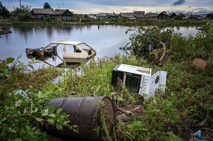 Говорят что ниже по течению реки видели людей на лодках и на машинах, которые вылавливали из воды или находили на берегу разбитые автомобили, запчасти, какие-то вещи.