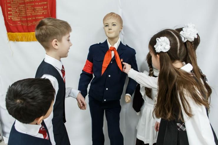 Современные школьники с интересом рассматривали форму и значки, которые в советское время носили их сверстники.
