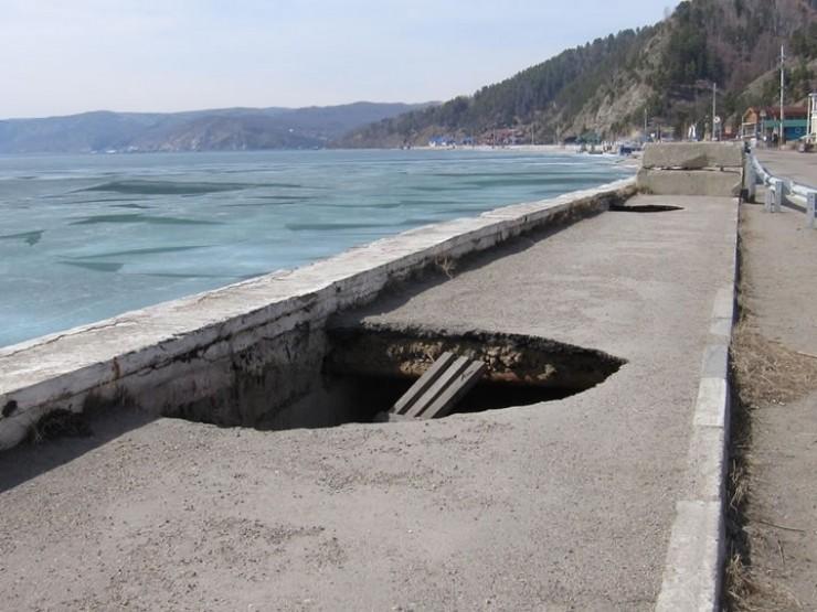 Оказывается, администрация Иркутского района не может заниматься берегоукреплением в Листвянке. Побережье относится к федеральным землям национального парка. Поэтому будущее этой набережной на сегодняшний день неизвестно.