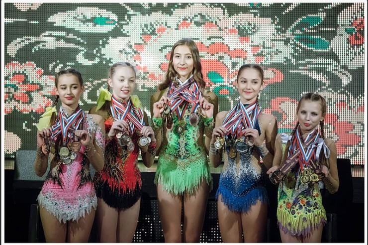 Гимнастки вышли на сцену, звеня многочисленными медалями. Этот год благодаря помощи меценатов и труду спортсменок принес феноменальные результаты.