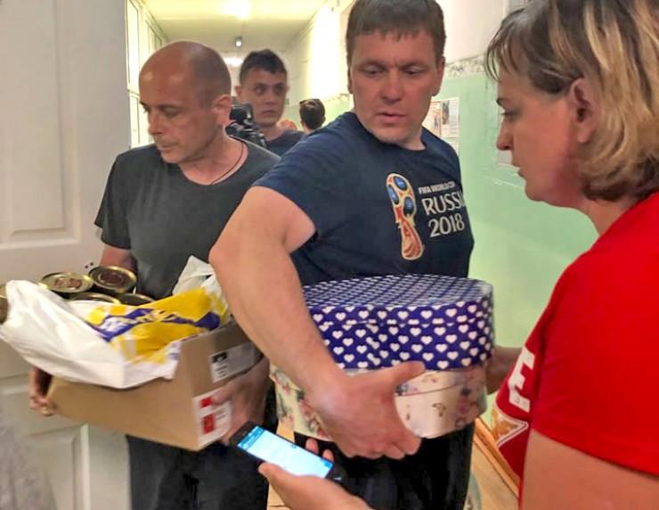 Более 100 тонн гуманитарной помощи уже отправлено в зону чрезвычайной ситуации. Самое необходимое для пострадавших от стихии собирали жители Иркутской области и других регионов России. Сбор продолжается