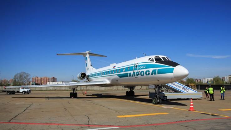 Самолет с бортовым номером RA-65693 служил гражданской авиации почти 40 лет. Сейчас он уже в Новосибирске. В скором времени воздушное судно, которому выпало стать последним рейсовым Ту-134 в России, пополнит ряды музейных экспонатов.