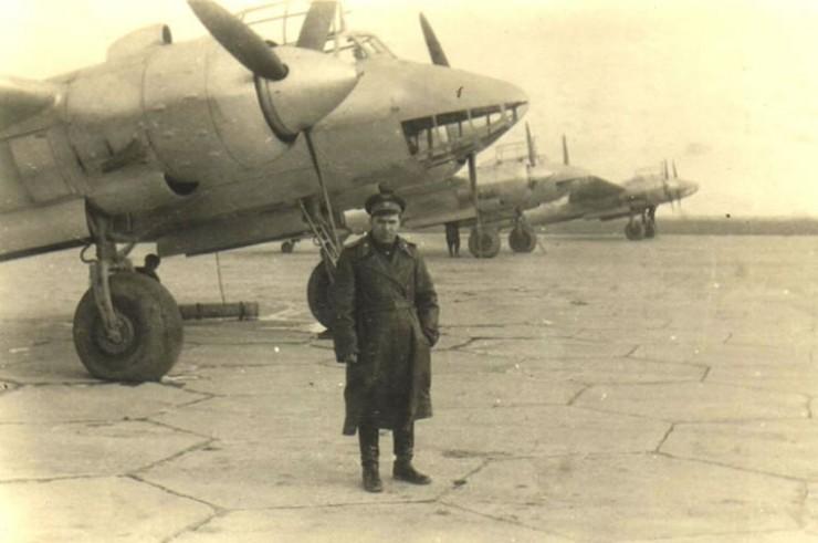 Командир 73-й ВАД генерал-майор Н.А.Захаров у самолета Пе-2 на аэродроме Белая.