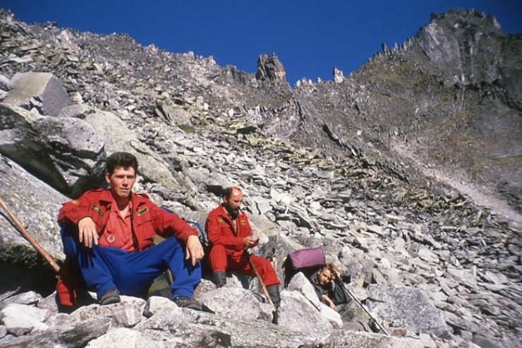 Северобайкальские спасатели Олег Чесноков и Виктор Карпов (слева направо). Крайний справа — один из студентов-туристов.
