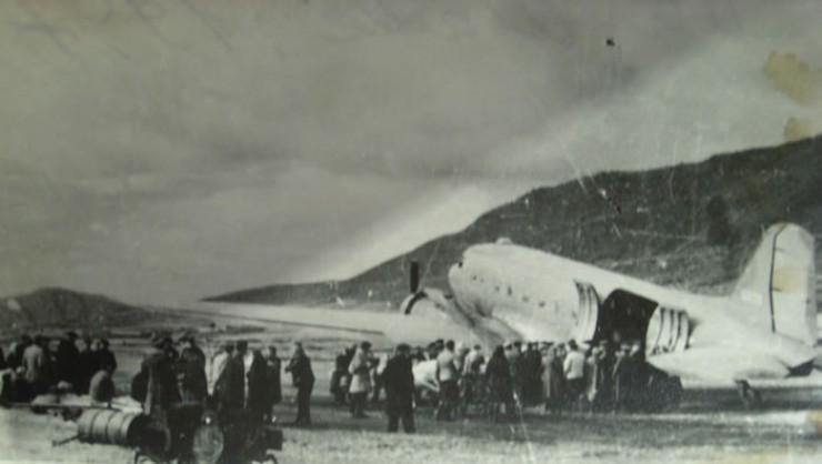 Американский военно-транспортный самолет Си-47 поставлялся в СССР по ленд-лизу, брал на борт 28 пассажиров (краеведы утверждают, что на фото «американец» в аэропорту Мама).