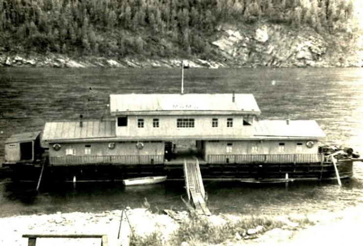 Мамская пристань и дебаркадер (фото сделано в 50—60-х годах  с крутого берега Витима).