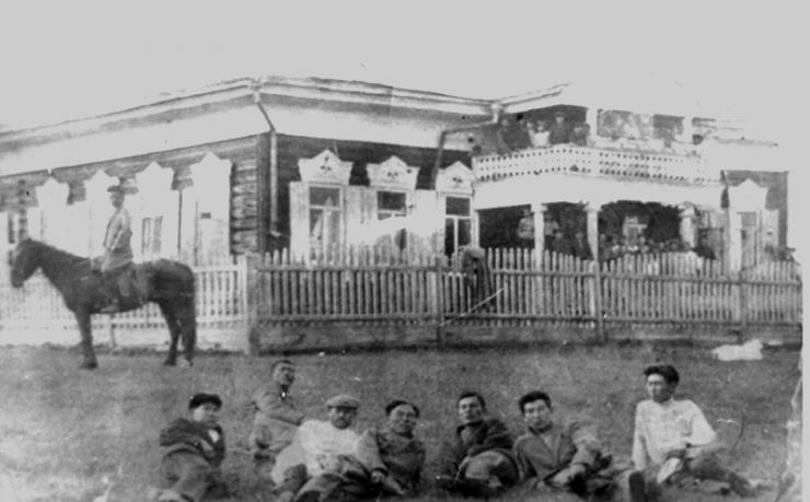 Эта фотография хранится в архиве Бильчирской школы. Снимок сделан в 1901 году. Вот так более чем сто лет назад выглядела знаменитая школа, директором которой был выдающийся этнограф Матвей Хангалов.