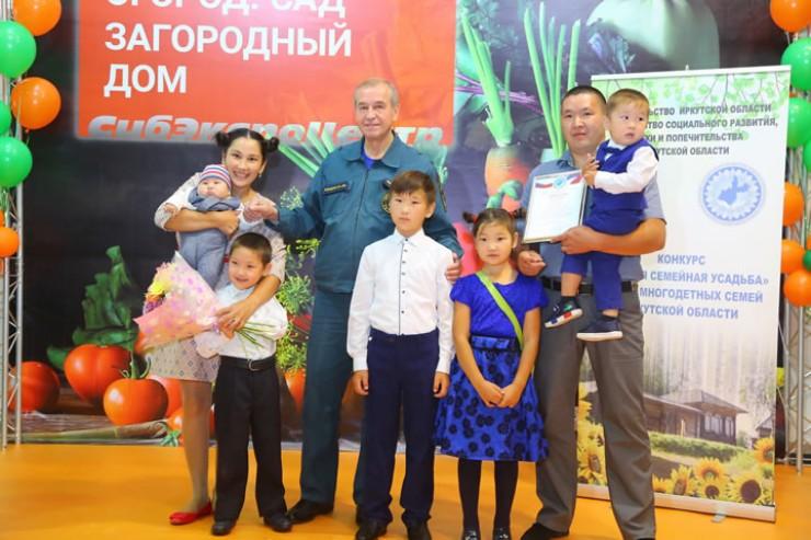 Алексей и Ольга Алтаевы стараются сделать свою усадьбу уютным семейным гнездышком. И их старания отметили на областном уровне.