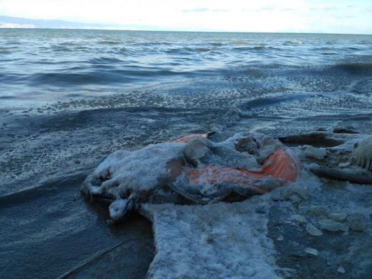 Спасательный плот, который обнаружили на берегу добровольцы-поисковики из Хужира.
