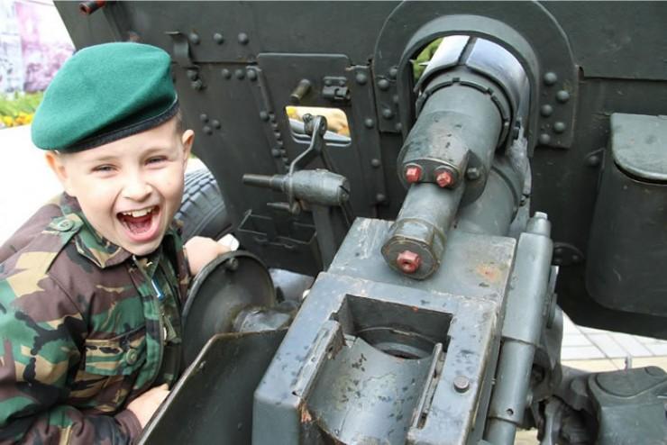 Пилотки  со звездочками, солдатские ремни и детские военные костюмы — это наиболее востребованные товары в магазинах армейской атрибутики накануне 9 Мая.