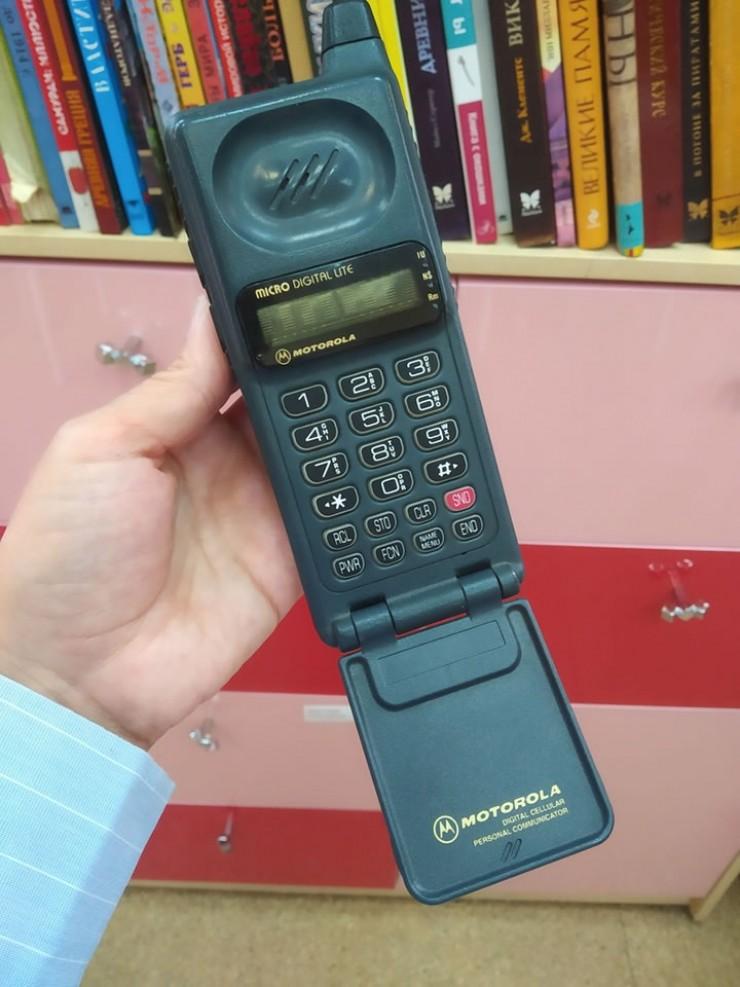 На фото одна из первых моделей компактных телефонов Motorola.