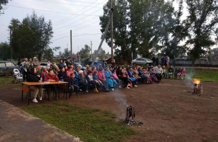 Уже третий год праздник «Ночь ёхора» собирает жителей нескольких селений Нукутского района. Участники не только исполняют  древнейший танец, но и устраивают турнир по национальной борьбе и шахматам.
