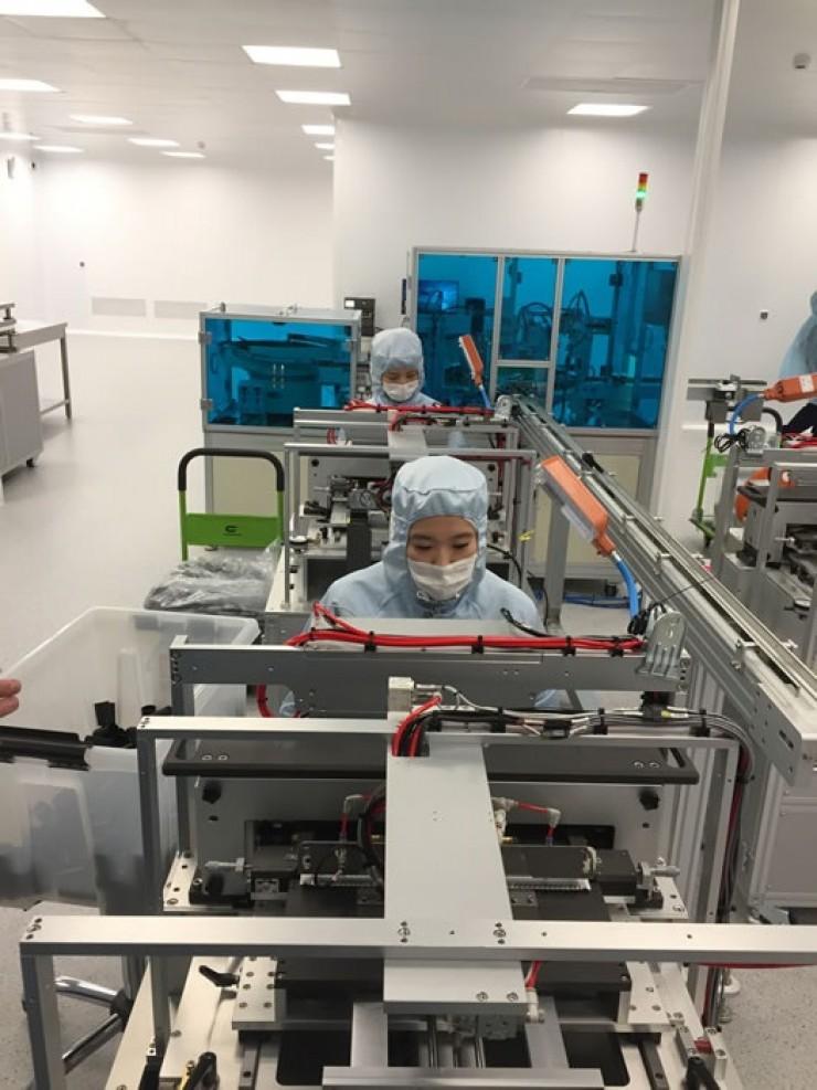Так выглядит производственная линия. Как известно, Южная Корея — один из лидеров по производству современного высокотехнологичного оборудования. Все звенья производственной цепочки поражают своим совершенством