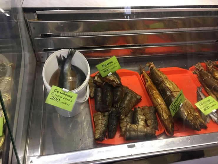 Деликатесы Камчатки выглядят не очень аппетитно. Ни крабов, ни каракатиц, зато есть селедка. Но ее в любом магазине можно купить. Даже иваси