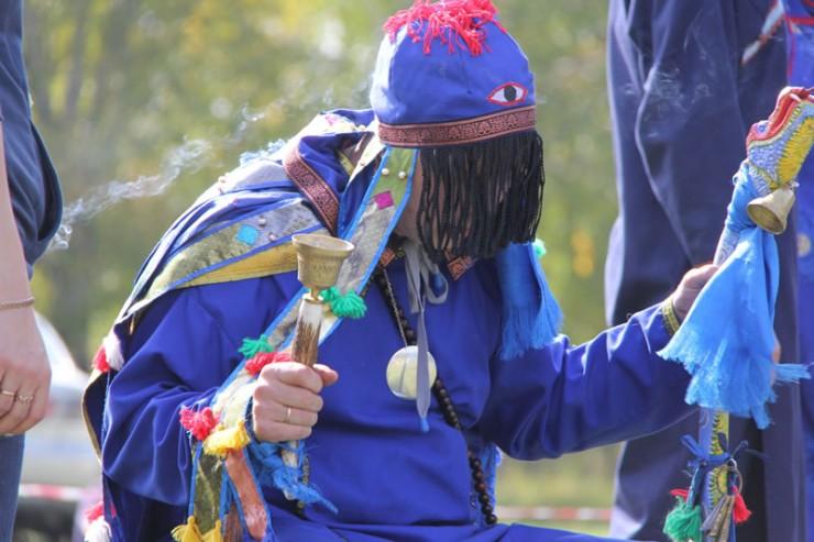 Для того чтобы войти в транс, шаманы надевают свои костюмы и бьют в бубен, при этом специальная шапка закрывает глаза. Когда в тело избранника духов входит онгон, ему нельзя смотреть в лицо. Зато в этот момент любой человек может задать онгону свой вопрос или просить благословения.