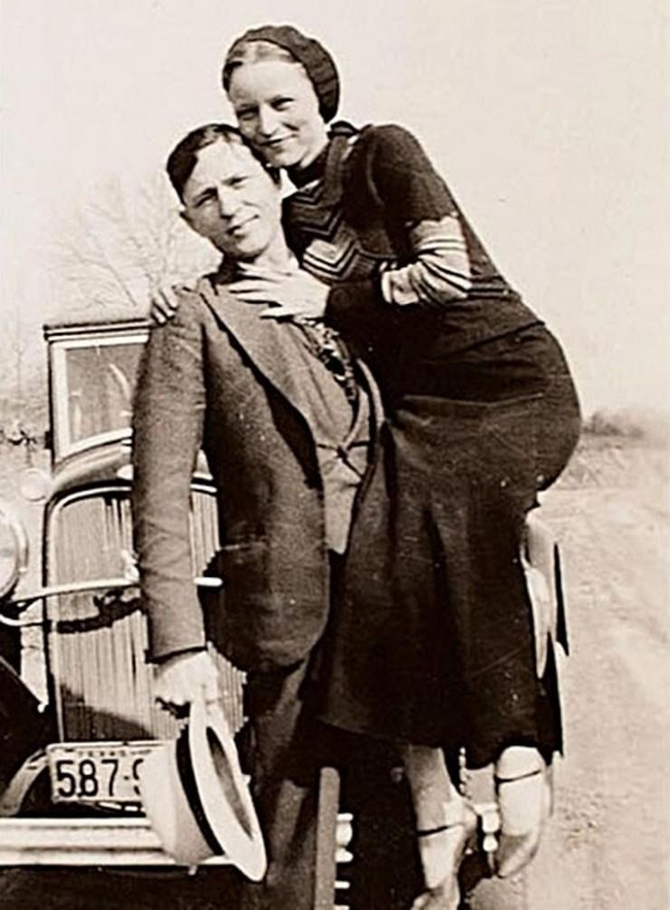Долгое время в 1930-х американская пресса не унималась, повествуя о романтической любви Бонни Паркер и Клайда Бэрроу, которые попутно убивали полицейских и грабили банки.