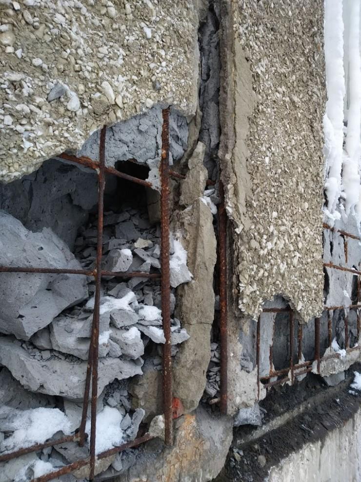 Так местами выглядят наружные стены старого общежития, проживать в нем опасно, это очевидно. Однако официально объект аварийным не признан.