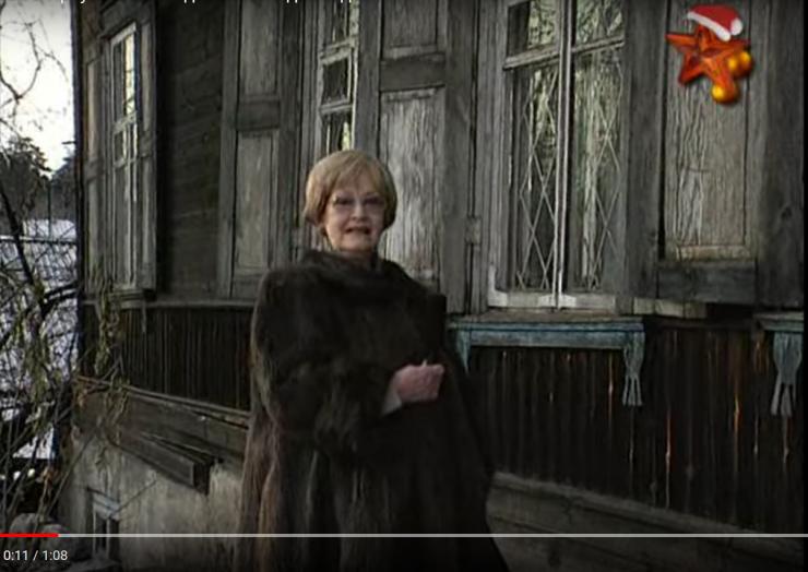 Актриса Нина Гребешкова возле дома своего супруга — знаменитого режиссера Леонида Гайдая на улице Касьянова в Иркутске