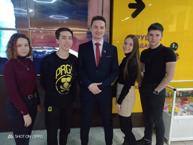 Депутат Анатолий Обухов среди молодых актёров