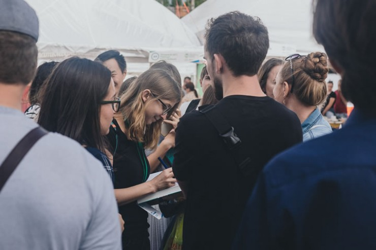 Люди по часу стояли в очереди, чтобы получить автограф любимого автора.