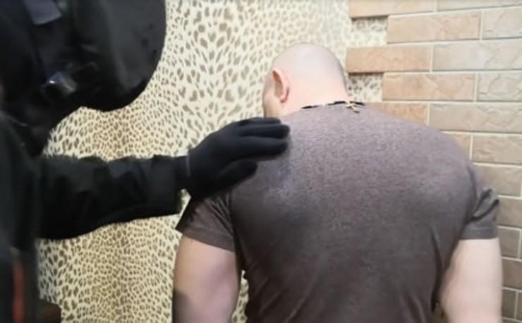 Экс-директора комбината задержали ранним утром у него дома. В квартире были обнаружены деньги и предметы роскоши.