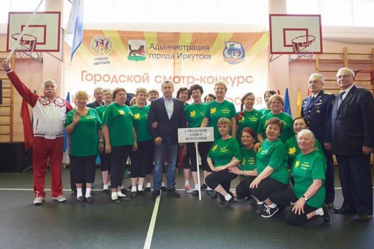 Глава областного центра Дмитрий Бердников с удовольствием фотографировался с участниками команд. Он пожелал спортсменам сохранять оптимизм и энергию, своим примером показывать молодежи, что значит здоровый образ жизни