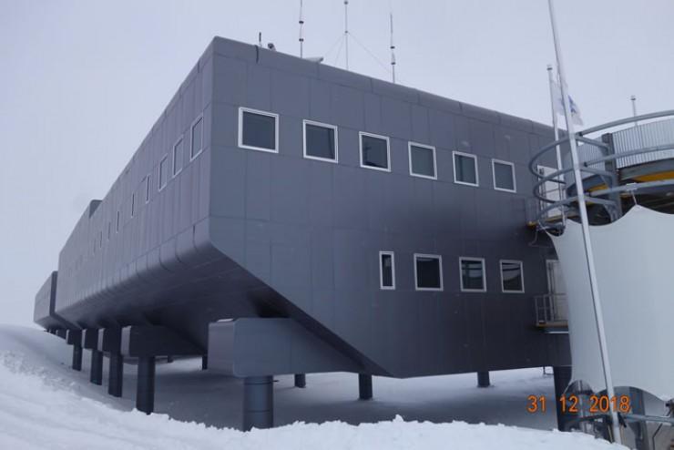 Знаменитая полярная станция «Амундсен-Скотт». Она была основана в 1956 году и носит имя первопроходцев ледяного материка— норвежца Руаля Амундсена и англичанина Роберта Скотта. В момент основания станция располагалась точно на 90 градусах южной широты, но из-за движения льда она отклонилась от точки Южного полюса, которая теперь находится примерно в 100 метрах от станции