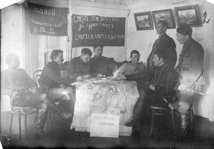 На снимке — штаб Восточно-Сибирской Красной армии (1920 год). Александр Нестеров — третий слева. Второй справа — Даниил Зверев, главно-командующий партизанским Северо-восточным фронтом
