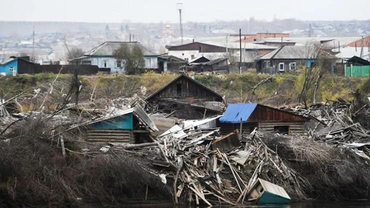 Так зона затопления выглядела сразу после прошлогоднего наводнения. Сегодня многие собственники домов, признанных аварийными, не хотят их сносить, ремонтируют и продолжают там жить. Что теперь считается нарушением закона.