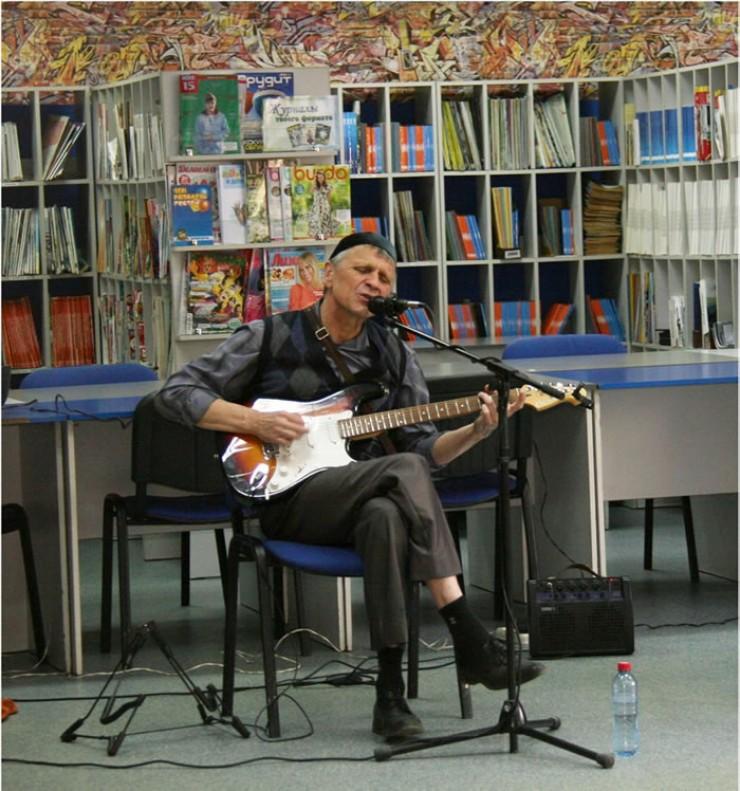 Прозвучали инструментальные гитарные пьесы. Сергей исполнил и редкие песни неуличного формата — «Мама» и «Колыбельная».