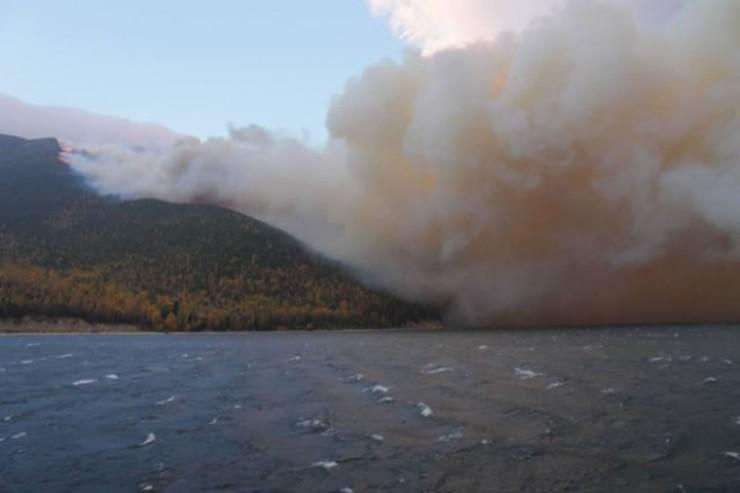 Дымовая завеса плотно окутала реку Лену, танкеры, грузовые и пассажирские суда встали на прикол. Жители Киренского района ждут дождя или хотя бы ветра