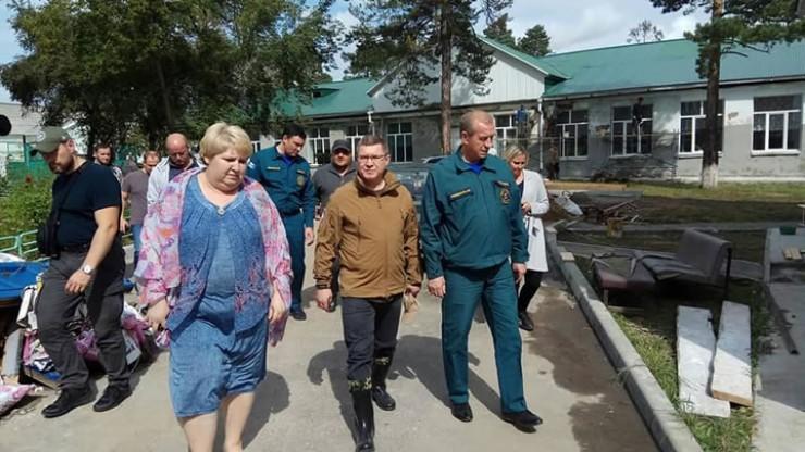 Губернатор СергейЛевченко осматривает территорию общеобразовательной школы № 6  в Тулуне, в которую частично переведут учащихся из аварийной школы № 20