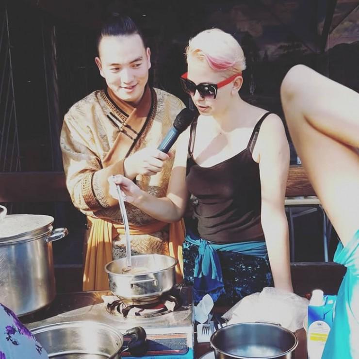 Под руководством ведущего Родиона Шантанова участники мастер-класса приготовили особый зутран-чай с маслом.