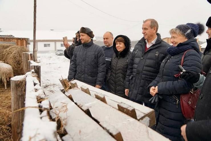 Ольга Федосеева показывает высоким гостям своё хозяйство, которое отчасти напоминает зоопарк