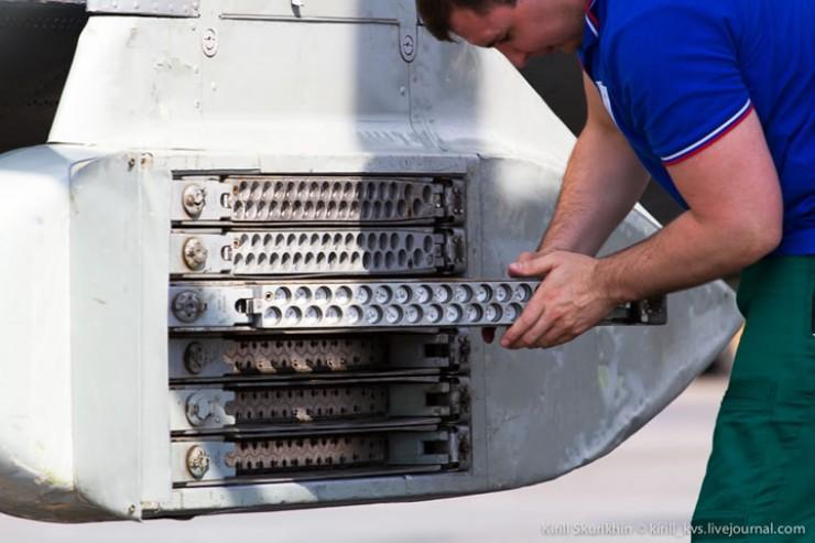 Так подвесной блок заряжается боеприпасами — специальными метеопатронами с йодидом серебра, вызывающим дождь. Каждая балка несет 32 заряда. Шесть балок с каждой стороны, итого полный боекомплект зондировщика— 384 ракеты.