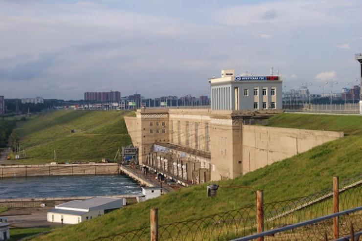 Река Ия не впадает в Ангару, она впадает в Братское водохранилище. Это говорит о том, что любые попуски воды через плотину Иркутской ГЭС не могли вызвать наводнение