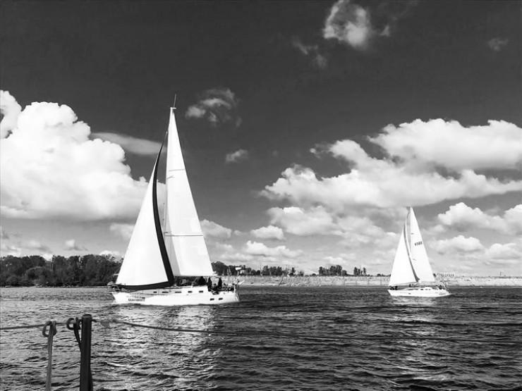 Иркутяне с плотины ГЭС охотно любуются красивым зрелищем - белые яхты на синей воде