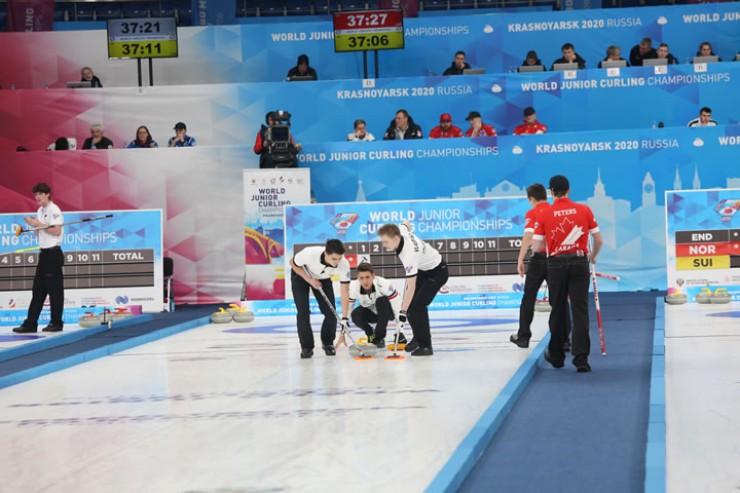 Бросок выполняет скип ( капитан) сборной России Артём Каретников; ему помогают Михаил Власенко и Николай Лысаков
