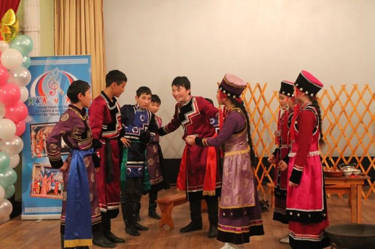Лауреатом первой степени среди фольклорных коллективов стал коллектив «Галхан» из Баяндаевского района. Ребята показали обряд сватовства.