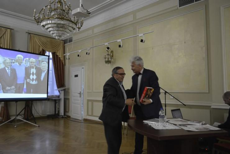Андрея Румянцева пришли поздравить друзья и коллеги. Журналист, много времени уделивший изучению творчества  Евтушенко, Виталий Комин (на фото слева) знает, что значит написать книгу об известном человеке.