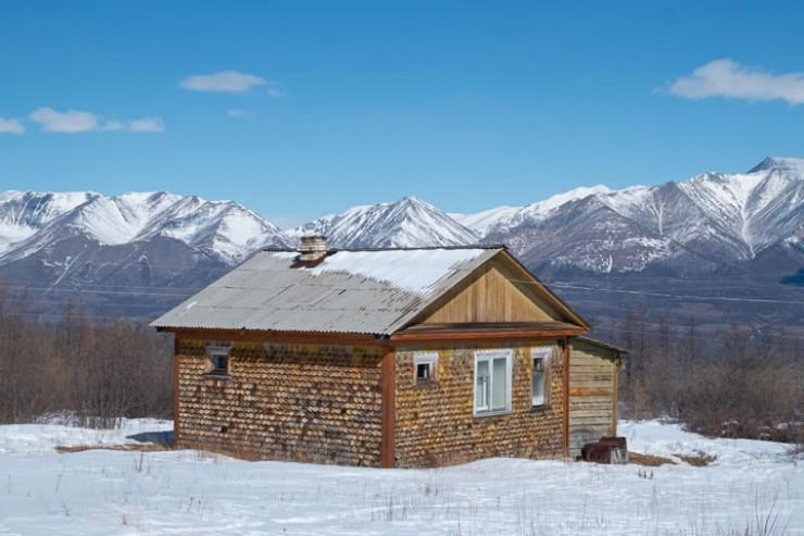 Вид из окна жилого дома на Восточный Саян