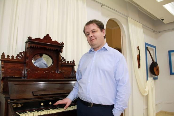 Илья Воронов показывает одну из фисгармоний