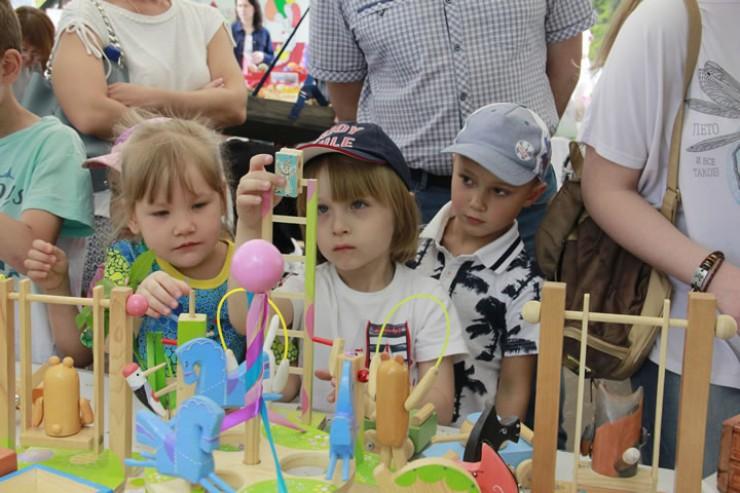Юные посетители ярмарки были увлечены происходившим
