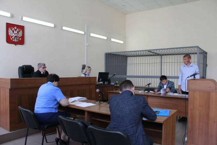 36-летний Валерий Толстошеев (крайний справа) сам пришёл в зал судебных заседаний,  так как он не заключён под стражу