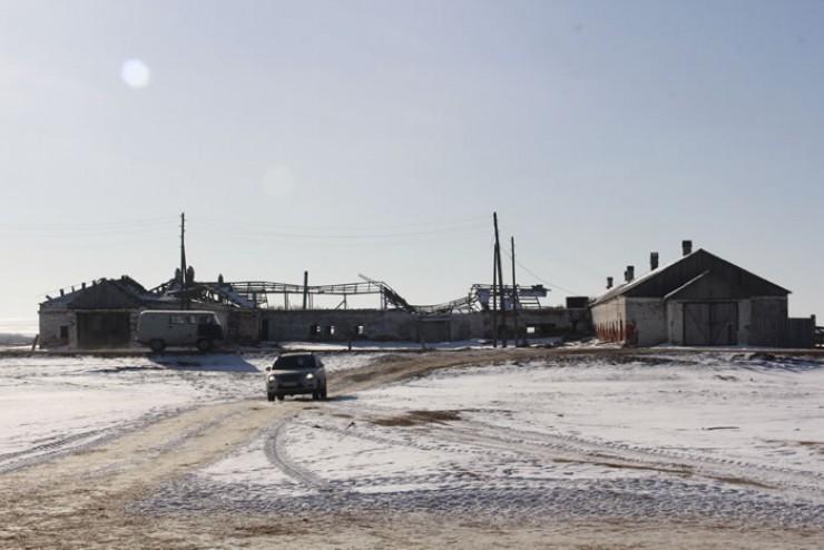 Коровник, некогда принадлежавший Эхирит-Булагатскому совхозу. Юлия и Борис уже восстановили несколько сотен метров здания (на фото — справа)